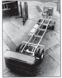 בדרך לחיפה. שלדת ליילנד ליון מס' 1 בפתח המפעל בלנקשייר, 1959-60.
