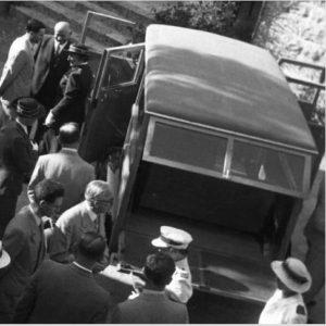 הסטיישן בטקס ההשקה. יומדים ליד דלת הנהג קרסו, וככל הנראה גם ארדיטי וליידי מקמייקל (צבי אורון, הרווארד)